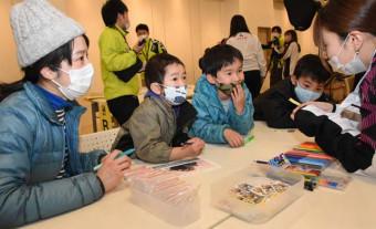 家族で災害時の備えを確認し、キーホルダー製作に取り組む参加者=釜石市港町・イオンタウン釜石