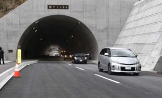 舘下トンネルを抜けるパレードの車両