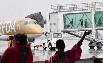 本県の観光関係者に見送られる花巻発神戸行きの第1便=28日午後2時46分、花巻市東宮野目・花巻空港