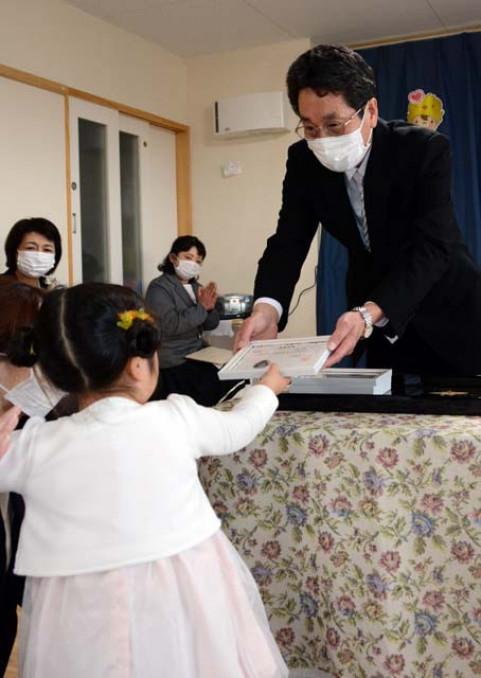 卒園児に卒園証書を贈る小田中好明園長