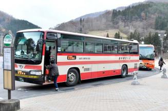 4月から運行ルートと時刻を変更する県北バスの「106急行」=2020年11月