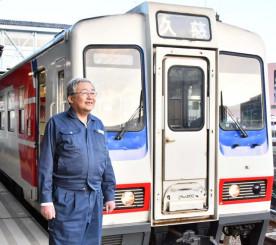 「地域に愛される鉄道として残していってほしい」。後輩たちにバトンを託す冨手淳さん=宮古市宮町