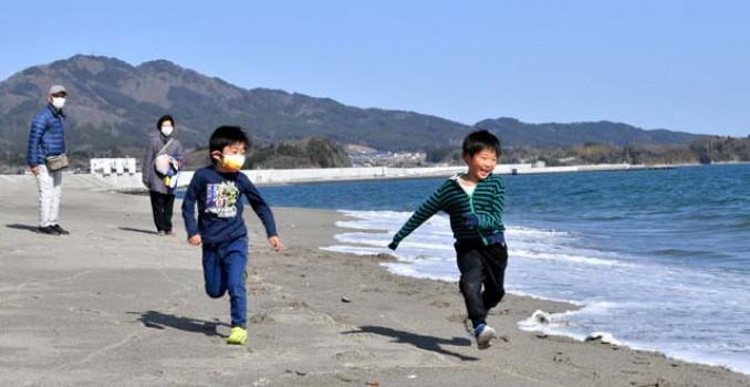 一般開放された砂浜を駆け回る子どもたち=1日、陸前高田市・高田松原海岸