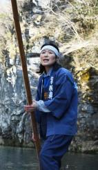 断崖を背に最後の「げいび追分」を歌う千葉美幸さん