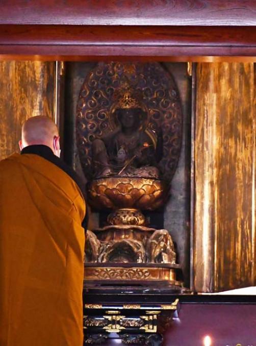 特別公開されている秘仏本尊「如意輪観世音菩薩坐像」