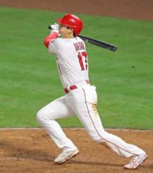 ホワイトソックス戦の9回、今季初本塁打となる2ランを放つエンゼルス・大谷翔平=アナハイム(共同)