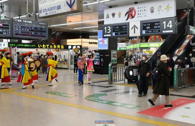 来県した観光客らを盛岡さんさ踊りで出迎える「さんさ好み」のメンバーら=3日、盛岡市・JR盛岡駅
