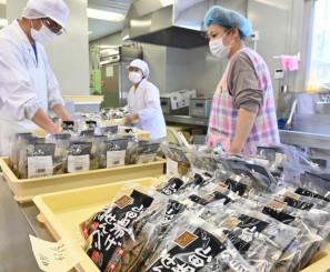 10日のオープンに向け山田せんべいの製造準備に励むジョブ・パートナー山田の職員