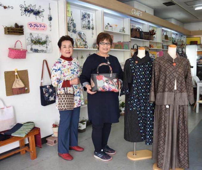 手仕事の魅力を発信する特設コーナーを設置した佐藤陽子社長(左)
