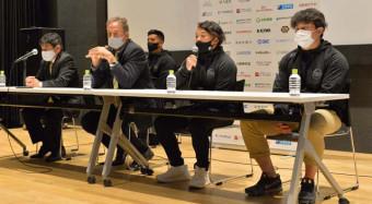 5位に終わった今季を振り返る釜石シーウェイブスの(前列右から)中野裕太主将、小野航大主将、スコット・ピアースヘッドコーチ、坂下功正総監督=釜石市・釜石PIT
