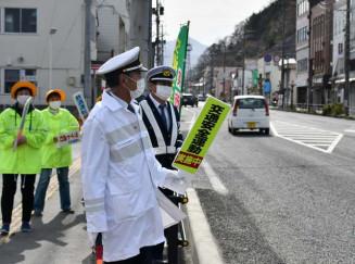 街頭で安全運転を呼び掛ける関係者=6日、釜石市