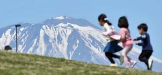 青空にくっきりと浮かび上がる岩手山山頂付近のワシ形=7日、盛岡市向中野・盛岡南地区公園から報道部・今西真琴撮影