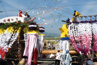 おはやしが鳴り響く中、激しくぶつかり合う気仙町けんか七夕祭りの山車=2019年8月