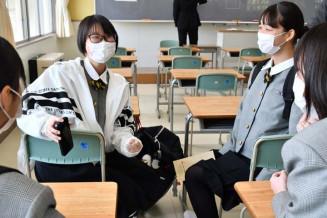 同級生と談笑する本江紗羅さん(左奥)