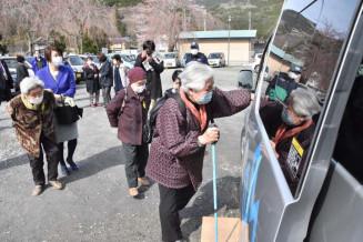 「らいじん号」に乗車する横田地区の女性たち