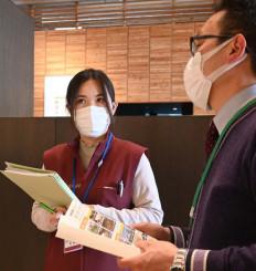 真剣な表情で研修を受ける邢慧娟さん(左)