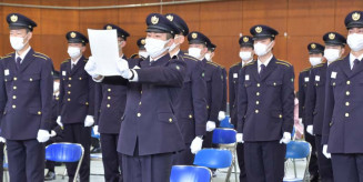 自衛官の心得を宣誓する入隊者