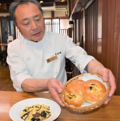 再生可能エネルギーを活用し生産したキクラゲを使った「銀河きくらげたまごパン」を紹介する伊藤政樹さん