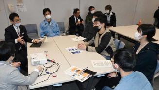 学生からの質問に答える岩舘電気の平野喜英社長(左から2人目)