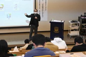 富士大で始まった講座「宮沢賢治から考える」。賢治の作品や人生について学生や高校生、市民らが広く学ぶ機会を提供する