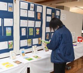 川崎中の生徒がお薦めする本とその紹介カード。右奥のポストは学校へのメッセージを投函する