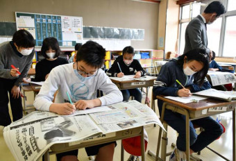 朝学習で岩手日報を読み、選んだ記事の紹介文を書く伊保内小の6年生