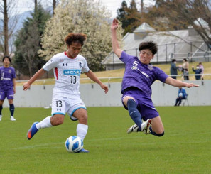 グルージャ-富士大 前半23分、グルージャのFW色摩雄貴(左)が抜け出し、先制ゴールを決める=盛岡市・いわぎんスタジアム