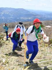 室根山の山頂を目指し歩みを進める参加者