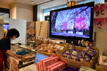 展勝地の桜並木の映像を見ながら特産品を購入できるいわて銀河プラザの特設コーナー