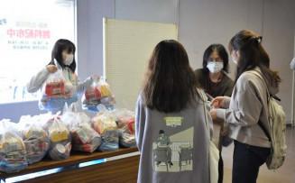 学生に無料で食料や日用品を提供した配布会
