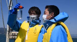 採取した海水を確認する参加者