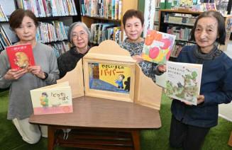 読み聞かせを通じて子どもたちに寄り添う岩船操代表(左から2人目)ら田老かもめおはなし会のメンバー=宮古市宮町・市立図書館