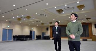 起業家育成拠点となるパレスまほろばのホールで、にぎわいの場づくりを決意する平野正一郎社長(右)と品川淳二支店長