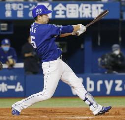 4回中日1死二、三塁、阿部寿樹が左越えに3ランを放つ=横浜