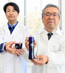 クロモジの化粧水を手にする高橋政智社長(右)とクリームを持つ小山茂マーナーコスメチックスくりこま高原藤沢事業所長