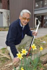 災害公営住宅の敷地で笑顔を見せる久保秋悦さん。いつも周囲への感謝の気持ちで暮らす=釜石市上中島町