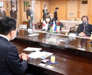 県庁で達増知事と懇談し、ILCの機運醸成に意欲を示すペトリッチ大使(右)