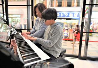 肴町アーケードに設置されたストリートピアノ。商店街に心地よい音色を響かせた=23日、盛岡市肴町