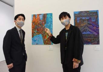 「作品の価値を発信し障害のイメージを変えたい」と意気込む松田崇弥社長(右)と双子の兄の文登副社長