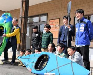 今後の活動に期待を膨らませる子どもたちと藤野浩太さん(後列右)