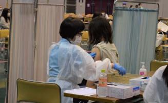 集団接種に臨む医療従事者