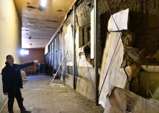 震災で壁が大きく崩れた本社の酒蔵。再建に向けた検討を本格化させ、復活を目指す
