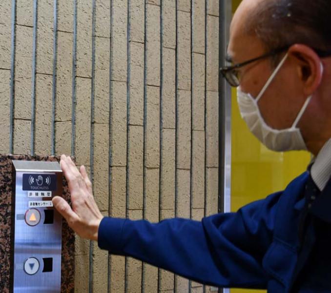 非接触で作動するボタンを備えたエレベーター