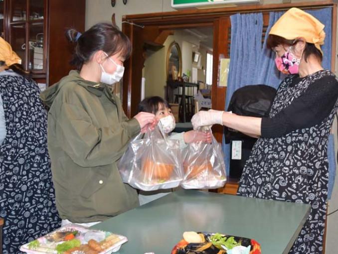 子ども食堂で弁当を受け取る子どもたち。盛岡観武ライオンズクラブの会員は亡き矢羽々睦子さんの遺志を継ぎ、活動の継続を目指す