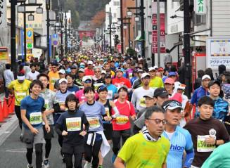 初開催のいわて盛岡シティマラソンで、盛岡八幡宮の参道を埋める約9千人のランナー=2019年10月27日、盛岡市八幡町