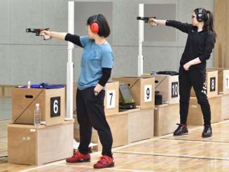 女子ピストルの代表決定戦を制し、東京五輪の切符をつかんだ佐々木千鶴(左、岩手県警)=29日、東京・味の素ナショナルトレーニングセンター(日本ライフル射撃協会提供)