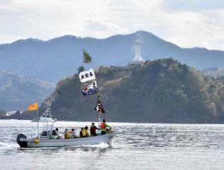 地元の漁船を活用した釜石湾内のクルーズでは釜石大観音や雄大な自然などを楽しむことができる