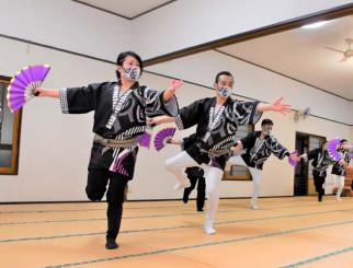 練習を重ねてきた創作演舞を披露する申舞伝のメンバー