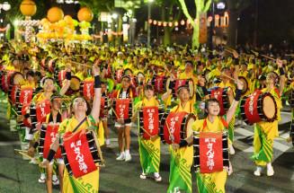 盛岡さんさ踊りが開幕。夏の夜空に太鼓の音が響き渡る=2019年8月1日、盛岡市内丸
