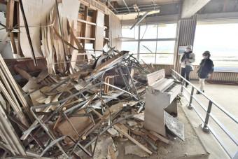 震災遺構の旧気仙中校舎を見学する参加者=30日、陸前高田市気仙町